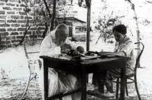 Ο Άγιος Λουκάς μελετώντας και συγγράφοντας