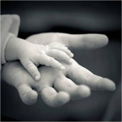 mother-baby-holding-hands