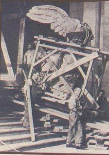 Η μεταφορά της από τους εργάτες της ανασκαφής