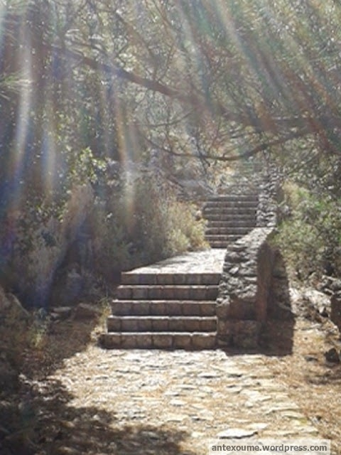 τα σκαλοπάτια που οδηγούν στον Ιερό Λόφο του Ζαλόγγου