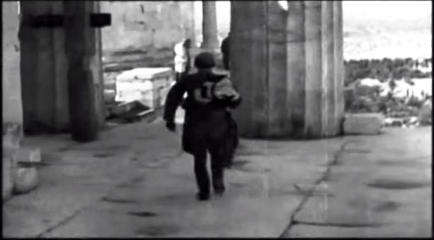 ένας γερμανός στρατιώτης υποστέλλει την σημαία τους και αναχωρεί βιαστικά...